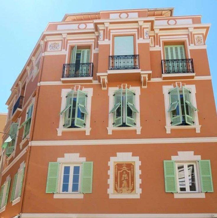 Colori estivi imposte delle finestre - Imposte verde menta e muri mattone