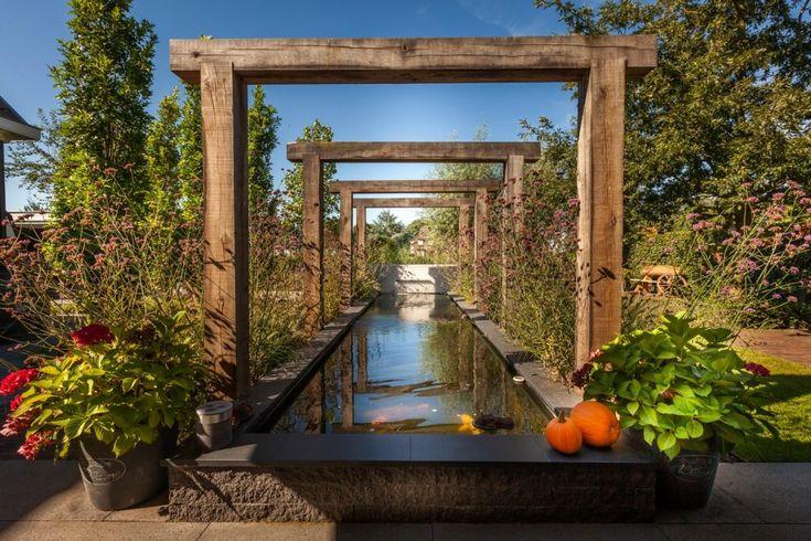 Sfeervolle tuin aan het water rondom vrijstaande woning te Goudswaard. Meer dan een feest om in deze tuin rond te lopen. Lees meer over Hoveniersbedrijf Tim Kok als Hovenier in Goudswaard op onze pagina over hovenier goudswaard.
