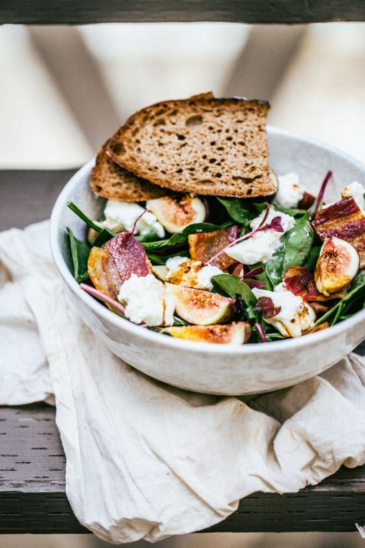Fig Salad with Bacon and Burrata http://gotujebolubi.pl/salatka-figa-boczkiem-burrata/