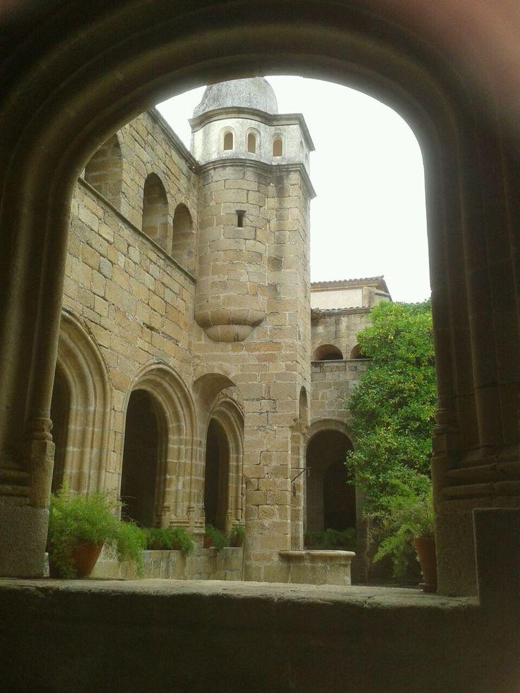El claustro del conventual de San Benito es precioso y posee un pozo y un sistema de recogida de aguas de lluvia bien curioso