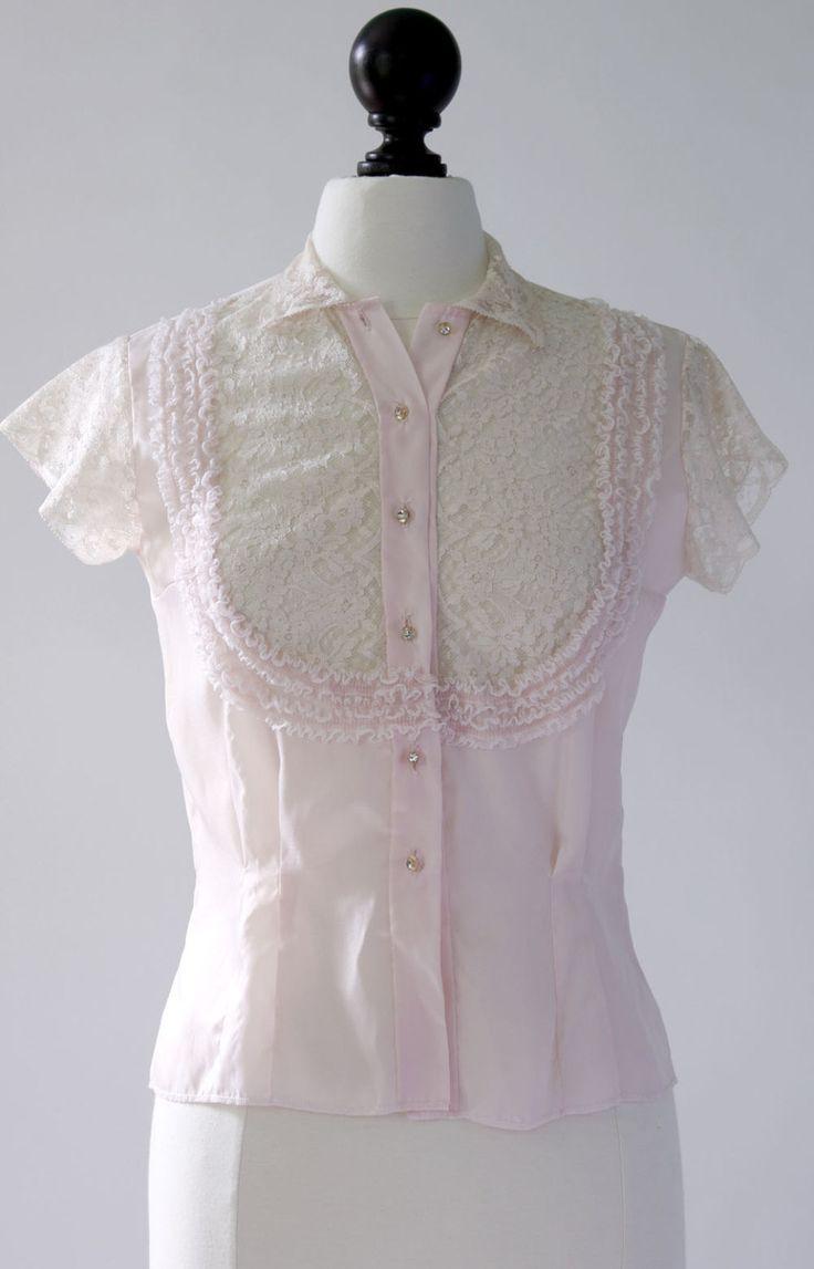 Romantische vintage 1950s pure nylon blouse in bleek roze. Zeer mooie kanten bovenlijfje met gegolfde lace toeters en bellen. Overeenkomende lace cap mouwen en kraag. Decoratieve rhinestone-knoppen. Darten in de voorkant en achterkant voor een uitgeruste blik.   Grootte en afmetingen Past als a: kleine tot middelgrote  Bust: 36 Taille: 29 Meting over bodem: 17 ½ over Schouder: 14 Lengte: 22 ½ Mouw openen breedte: 6 ½   Stof, de etiketten en de DETAILS Gemaakt van dacron/nylon en kant. Label…