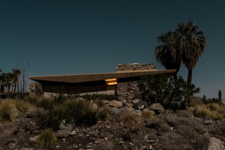 Le photographe Tom Blachford a profité d'une pleine lune pour photographier de nuit les maisons modernistes construites à Palm Springs par la Alexander Construction Company dans les années 1955/56,