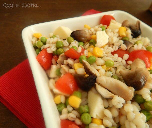 insalata di orzo una ricetta estiva che rappresenta un piatto unico, arricchita con mais, piselli,funghi e asiago.