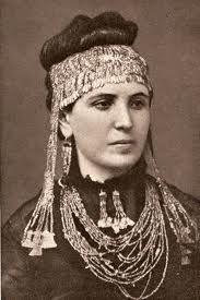 La moglie di Schielmann, Sophia Schliemann, con indosso gioielli dal tesoro di Priamo.