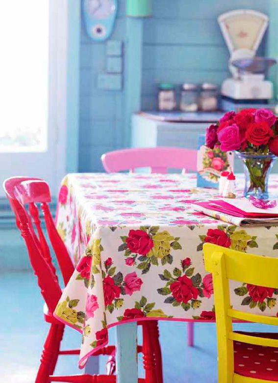 Retro and brightVintage Kitchens, Home Decor Ideas, Blue Wall, Kitchens Tables, Cath Kidston, Colors Kitchens, Vintage Tablecloth, Painting Chairs, Bright Colors