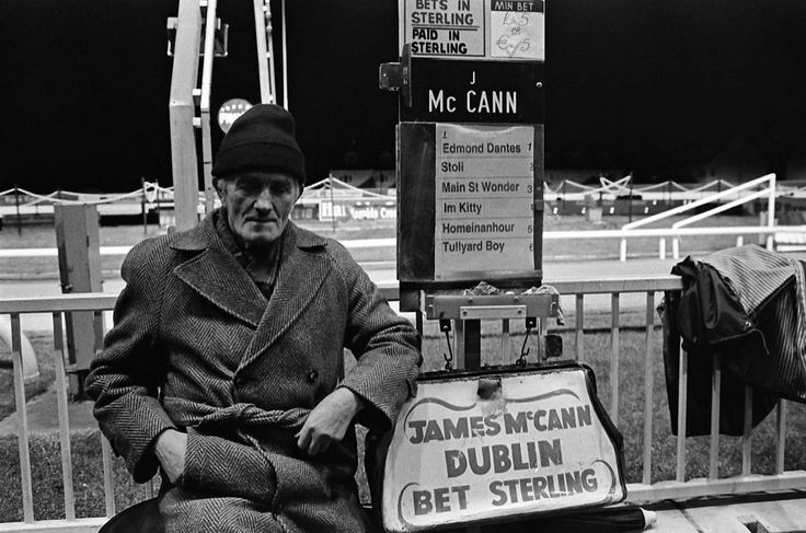 Serie «Dublin-up». Carreras de galgos. Dublin. Ireland. #innercity #dublin #ireland #streetphotography #skate #town #ciudad  #streetphoto #dublin #blackandwhite #photo #portrait #photography #documentary #streetphotographer #travel
