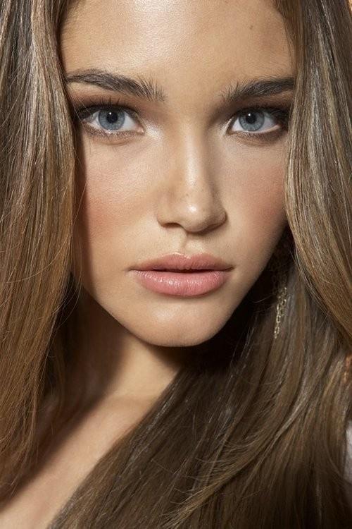"""В целом нравится образ, но ощущается перегруз тона на лице. Возможно, макияж нанесен без базы, потому что видна какая-то """"жирность"""". Но нравятся естественные брови, макияж глаз и губ."""