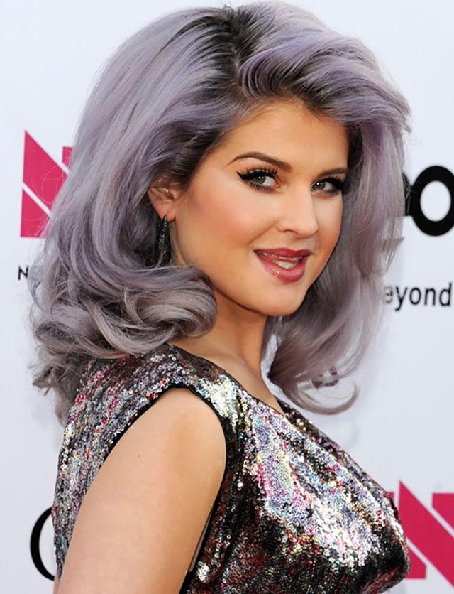 Anche Kelly sceglie il grigio, ma con i riflessi rosa, per un risultato rock e sexy allo stesso tempo. #KellyOsbourne #hairs #grey