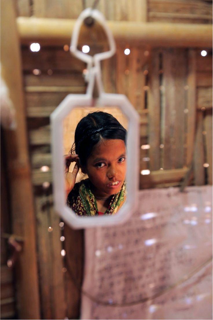 Nilima komt uit een heel arm gezin, waardoor onderwijs voor haar erg moeilijk te volgen was. Haar vader, een volkszanger, was een eenverdiener en kon de kosten niet meer aan. Hij besloot Nilima uit te huwelijken op haar 14e. Om te protesteren scheerde Nilima haar hoofd kaal. 'Ik wist dat niemand met een kaal meisje wilde trouwen'. Nu is ze lid van een organisatie en een forum voor jonge vrouwen ondersteund door Plan.