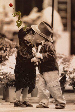 """Oare de ce i se spune """"poveste de dragoste"""" şi nu """"realitate de dragoste""""? Oare pentru că asta şi este – doar o « poveste » ? Un lucru e sigur, începe ca o poveste ! O poveste plină de romantism, de vorbe dulci şi promisiuni frumoase."""
