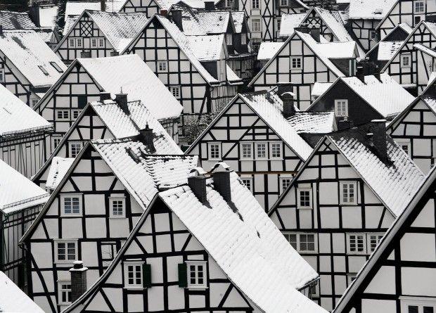 Un bell'effetto della neve caduta sui tetti delle classiche case a graticcio a Freudendstadt, nella Foresta Nera, Germania