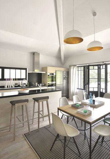 Des lignes ultra modernes dans cette maison de famille. Plus de photos sur Côté Maison http://petitlien.fr/7och