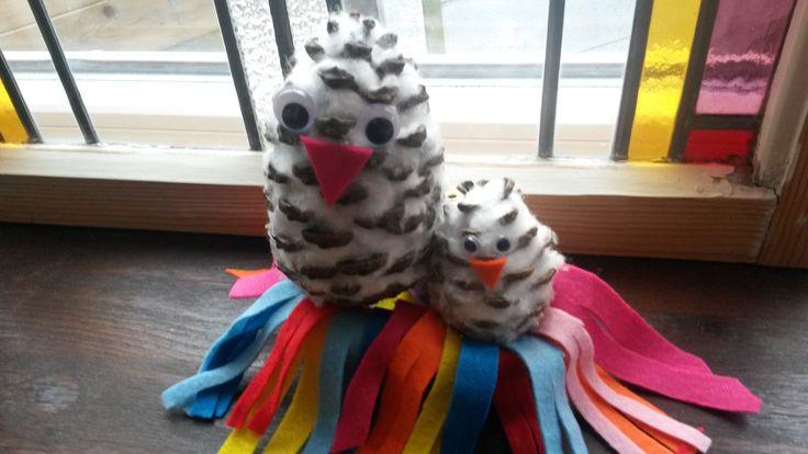 snow owls. Gemaakt van denneappels en watten.