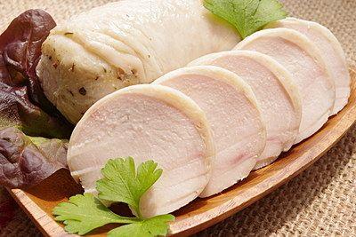 とっても安くて主婦の味方の鶏胸肉。だけどパサパサした食感がどうも苦手っていう方多いのではないでしょうか?でも大丈夫!ちゃんと下処理をすれば鶏胸肉だってしっとりやわらかに変身しちゃうのです!そしてどうしてもワンパターンになりがちな調理法。そんな方のために鶏胸肉を使った定番から応用レシピをご紹介しちゃいます♪ (3ページ目)
