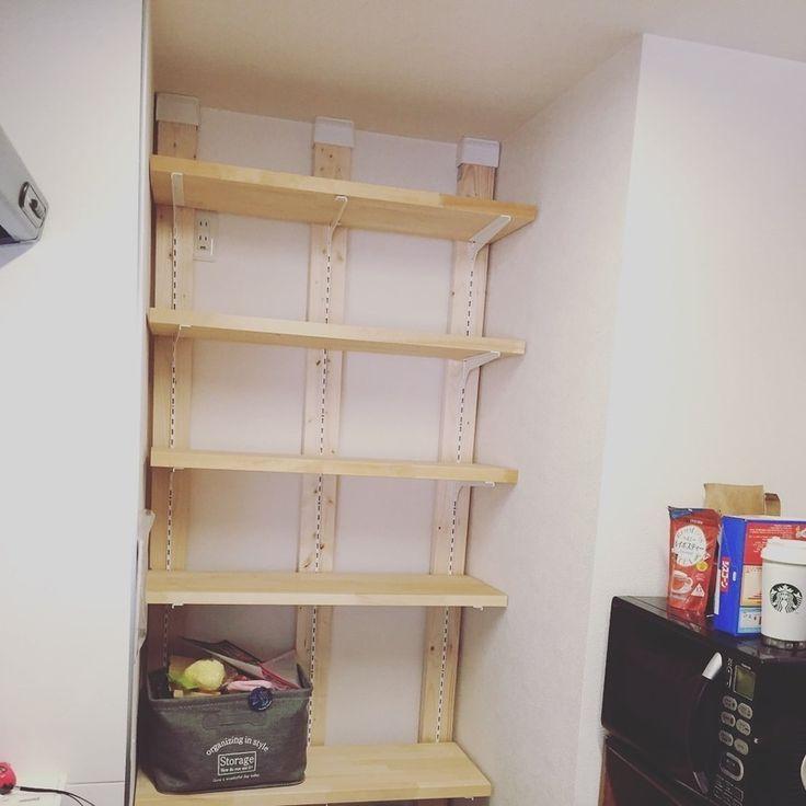 最近よく、聞くディアウォールをと2×4の木を使って棚という名の食品庫を作りました! マンションのため収納が少ないので自分で作ってしまいました♡