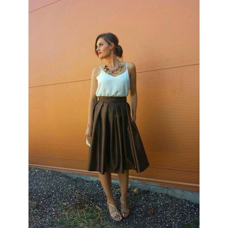 """""""@patri_marques_makeup muy #elegante con esta #falda de #tablas en #tafeta #bronce con #bolsillos  #invitadaperfecta #estilo #boda #caminoconmiestilo"""""""