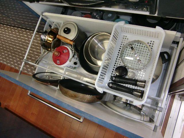 前回の続きです。 我が家のキッチンコンロ下の写真です。 100円グッズを駆使して区分けしています。 プラスチックケースに鍋蓋やフライパンを縦に収納し...