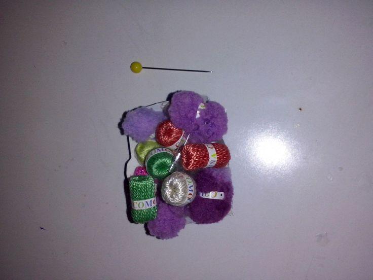 Cestita de ovillos de lana, para mi casita de muñecas.