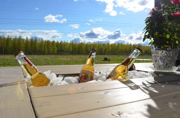 Pöytä, penkit ja keinu terassille - cooleri juomille @ Asuntomessublogit / P.S. Putkeen meni