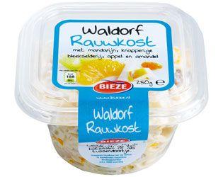 Waldorf rauwkost is een lekkere rauwkostsalade met knapperige bleekselderij, mandarijn, stukjes appel en amandel die geserveerd kan worden als voor- en bijgerecht en die ook heerlijk is als tussendoortje.