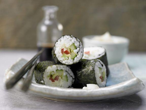 Gemüse-Sushi mit Nori-Algen, Gurke, Avocado und Paprika: Die rote Paprika sorgt für den richtigen Biss und Vitamin C.