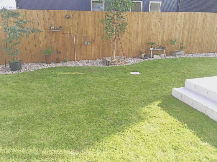 * * 芝刈り ⚐ お庭の芝がモリモリ成長して モッサモサになってきていたので 旦那が芝刈りしてくれました٩(ˊᗜˋ*)و♡ すーっきり! * #新築 #新居 #マイホーム #戸建て #家 #注文住 - kitomelu