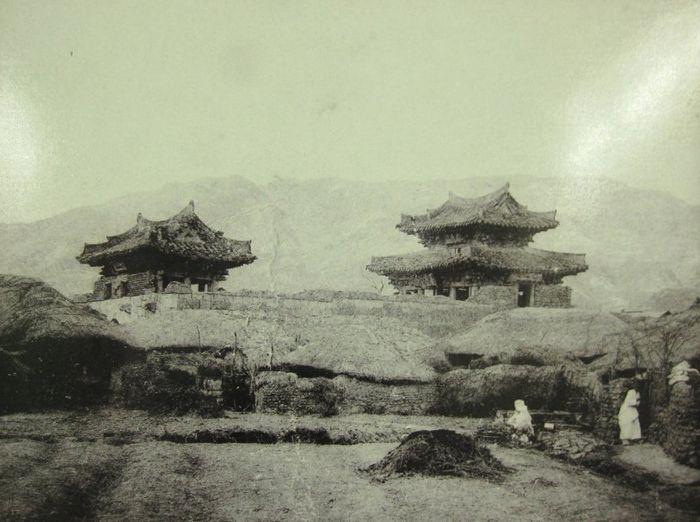동래읍성 세병문(좌)과 주조문(우)의 모습으로 여기에 어디에도 용두와 취두의 모습은 보이지 않습니다.