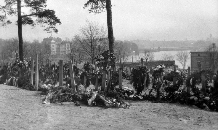 Helsingin valtaus 1918. Punakaartilaisten hautoja Mäntymäellä. Punaisen vallan aikana Helsinkiin Koleraparakille (ruumishuoneelle) tuodut punakaartilaiset haudattiin lähes poikkeuksetta Helsingin Mäntymäelle. Ensimmäinen hautaus tapahtui tiettävästi 17.2.1918 ja viimeinen 7.4.1918, jolloin haudattiin 51 punakaartin riveissä taistellutta sotilasta.