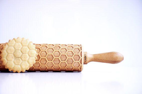 Deze houten deegroller is gegraveerd met mooie honingraat patroon. Het wordt voorzien van reliëf perfect uw cookies, taarten, fondant met geometrische Bijenkorf patroon. Wat een originele manier voor het decoreren van uw gebakje in één ogenblik!  De roller is ideaal om te gebruiken met klei, kunt u het gebruiken om textuur te geven aan uw aardewerk!  Het is een perfecte idee voor een cadeau, niet alleen voor bakkers maar voor bee lovers!  Dit reliëf rollend spelden is gemaakt van massief…