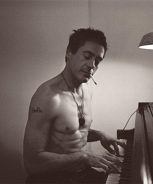 Robert Downey Junior....schmokin' hot!