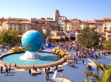 TOKYO : DISNEY SEA Dans la longue lignée des parcs à thème de la compagnie Disney, Tokyo Disney Sea fait figure d'exception en liant ses attractions à la mer e...