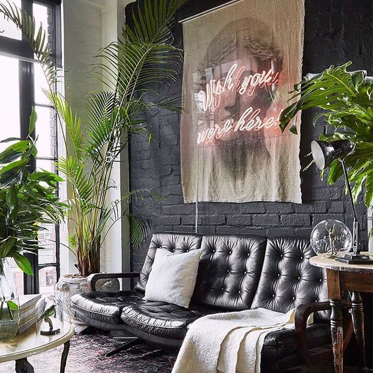 "Polubienia: 452, komentarze: 7 – ELLE Decoration UK (@elledecorationuk) na Instagramie: ""A gorgeous cosy sofa corner. Framed in black. First featured in the March 2017 'Small Spaces' issue…"""