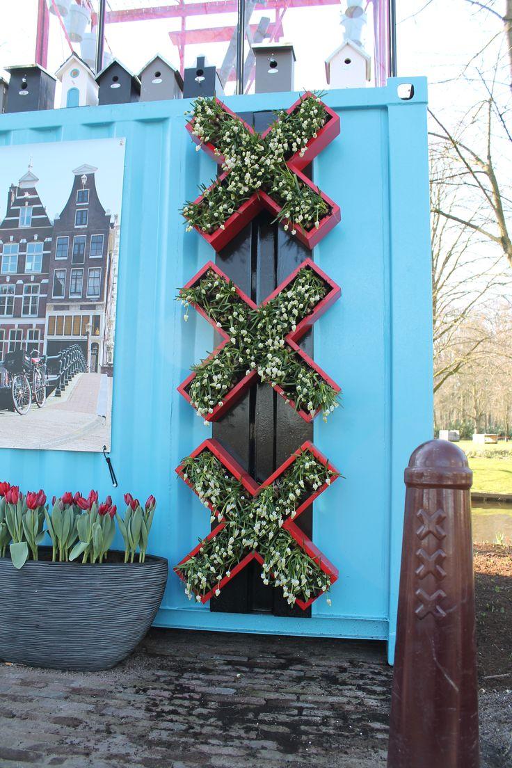 De drie Amsterdamse kruizen konden natuurlijk niet missen in de Amsterdamse Tuin. Gevuld met witte druifjes