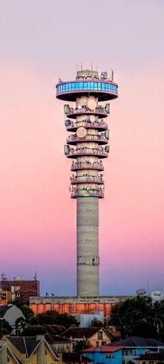 Para quem deseja ver Curitiba de cima, a pedida é subir até o topo da Torre Panorâmica, no bairro Mercês.