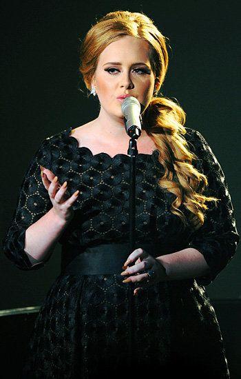 Adele effectue & quot; Someone Like You & quot; sur la scène des MTV Video Music Awards 2011 à Los Angeles.