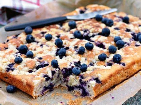 Blåbärskaka med limesmul som ger god knaprighet. Servera massor av blåbär och vaniljglass till blåbärspajen.