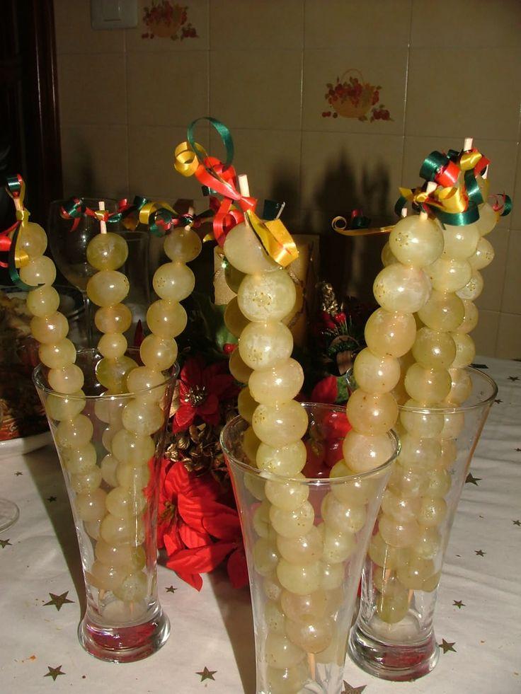 Uvas de la suerte.Este año las he vuelto a preparar otra vez... queda tan bonito en la mesa, verdad??La base son hojas de coliflor, el corazón de las uvas es...