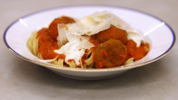 Eén - Dagelijkse kost - pasta met vegetarische balletjes in pittige tomatensaus