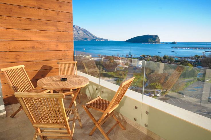 Appartement à Budva, Monténégro. Studio apartment for up to 3 persons, in a newly built residential building with elevator. Offers a balcony with sea view. Located in the heart of Budva with only a few steps away from the beach and other main facilities.  Size: 40m2  Floor: 7 Vie...