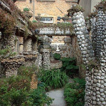 L'hommage à Gaudí Ce petit jardin de la Croix rousse à Lyon, aménagé dans la cour intérieure d?un immeuble, est né du rêve d?un maçon car...