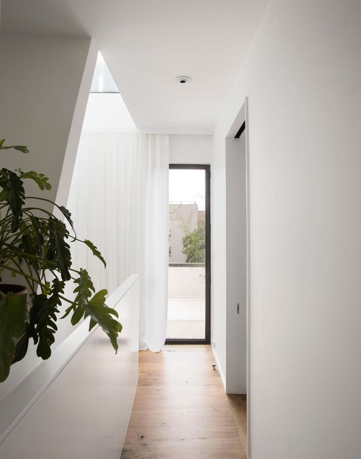 A new entryway was also designed through the basement, along with additional laundry and storage space. The interior design is characterized by minimalist lines where rustic walnut floors are contrasted with black hues, white walls and contemporary decor.