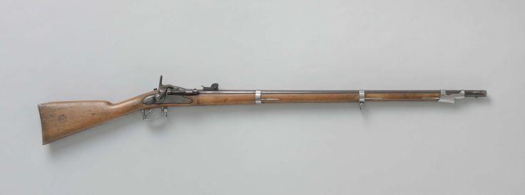 P. Stevens | Achterlaadgeweer, Snider-systeem, P. Stevens, 1857 | Achterlaadgeweer met gebruinde, gladde loop. Het heeft een centraalvuurmechanisme van het type Snider: de patroon wordt achter in de loop geladen, de haan slaat op een pin die op het slaghoedje achter op de patroon uitkomt. Als de kamer geopend is, kan men de lege patroonhuls verwijderen door de kamerafsluiting naar achteren te trekken: de afsluiting zal automatisch weer naar voren schieten door de veer om de as van de…