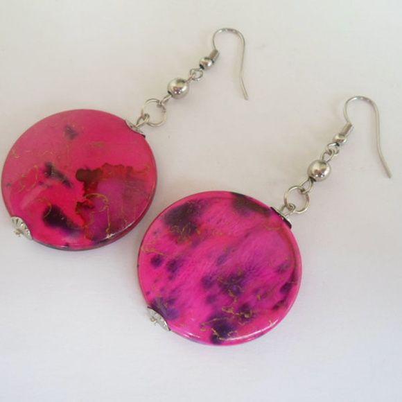 Brinco rosa feito com contas acrílicas. R$ 2,10