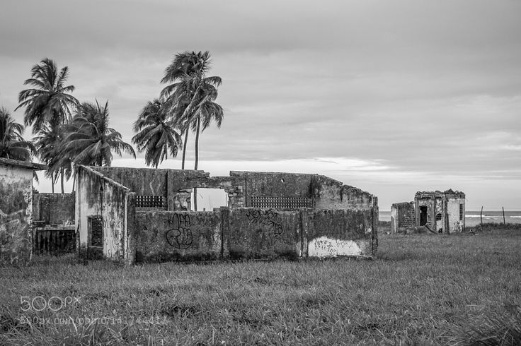 Abandoned building in Maracaipe - PE Brazil by victoroliveirab