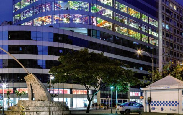 Com um projeto de interiores que extrapola os limites do prédio e se exibe para a cidade, a nova sede da OLX, no Rio de Janeiro, aposta em soluções estéticas e espaciais focadas na diversão e no convívio entre os funcionários   aU - Arquitetura e Urbanismo