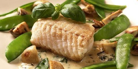 Steinbit med sopp og basilikumsaus - Steinbiten kan erstattes med torsk, sei eller annen type hvit fisk.