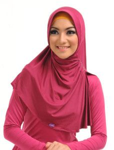 Ghina m Nayya    Bergo model belah samping kali ini dengan desain pet yang lebih ramping, sesuai untuk yang berwajah mungil atau tirus. Dipercantik rangkaian payet pada kerutnya.    Note : ciput dijual terpisah  http://jilbabmodis.net/elzatta-hijab/ghina-m-nayya
