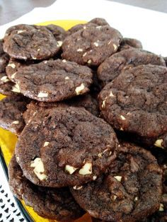 Cookies chocolate com gotas de chocolate branco (Subway)