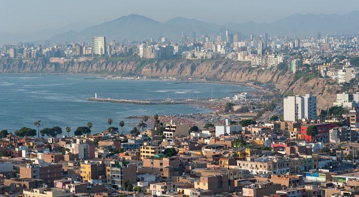En el Perú, los trabajadores tienen cinco días al mínimo de la licencia por enfermedad y un mes de vacaciones pagadas por año, sin incluir las doce fiestas nacionales del país.