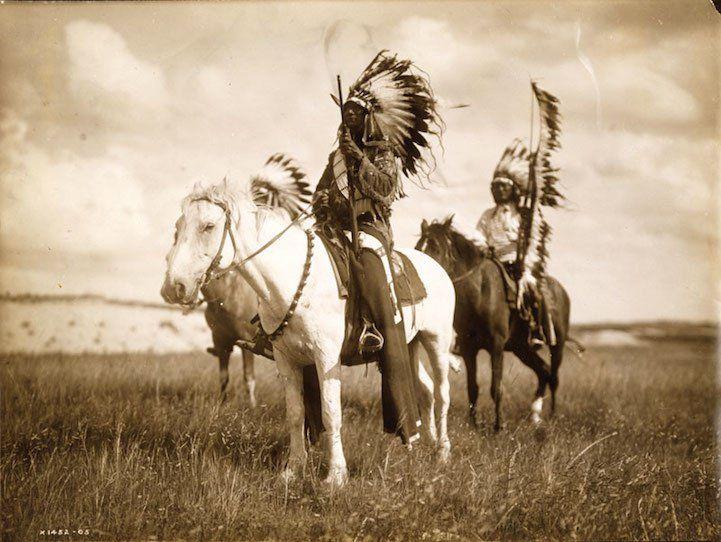 De fascinantes photographies d'Indiens d'Amérique du Nord dans les années 1900, un voyage dans le passé